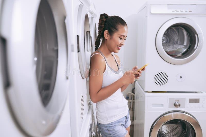 Dziewczyna w pralnianym pokoju zdjęcia royalty free