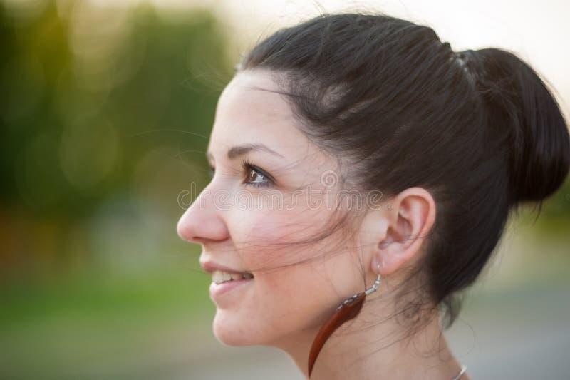 Dziewczyna w profilu jest uśmiechnięta, w górę Profilowy boczny portret piękna młoda szczęśliwa uśmiechnięta kobieta zdjęcie stock