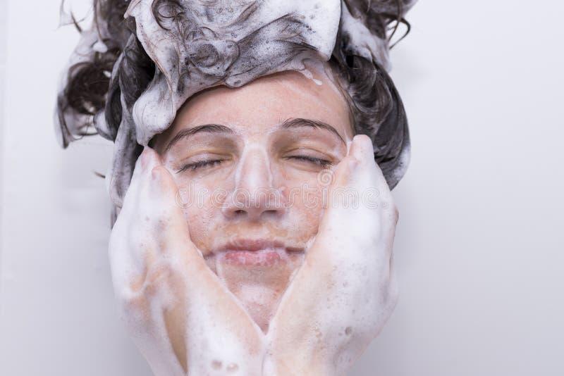 Dziewczyna w prysznic obrazy royalty free