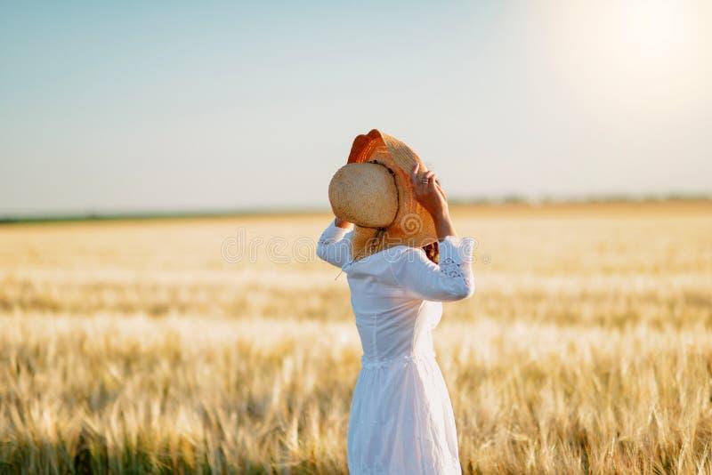 Dziewczyna w pszenicznym polu zdjęcia stock