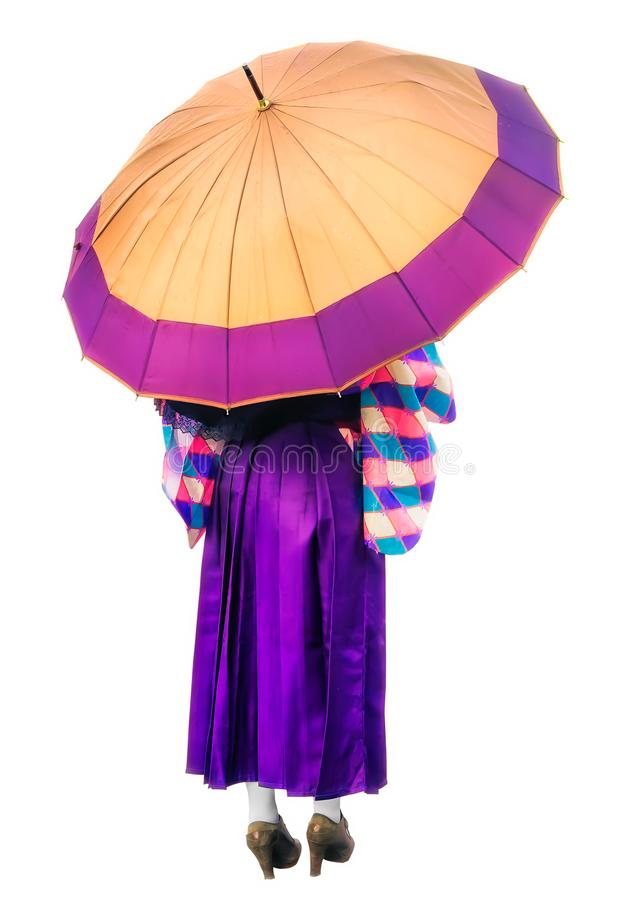 Dziewczyna w purpurowej smokingowej pozyci pod lilym parasolem Tylny widok kobieta w kimonowego mienia dużym parasolu odizolowywa zdjęcia stock
