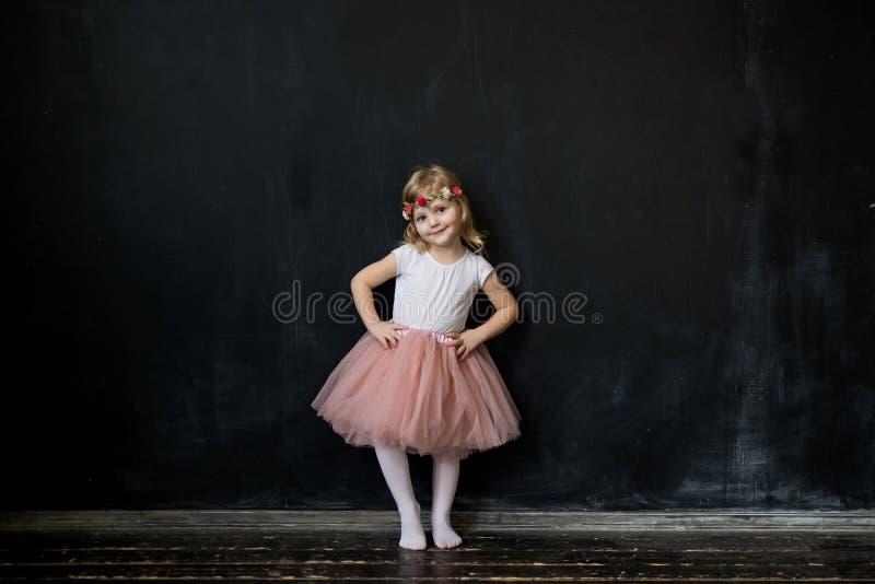 Dziewczyna w różowej luksusowej tiul spódnicie fotografia stock
