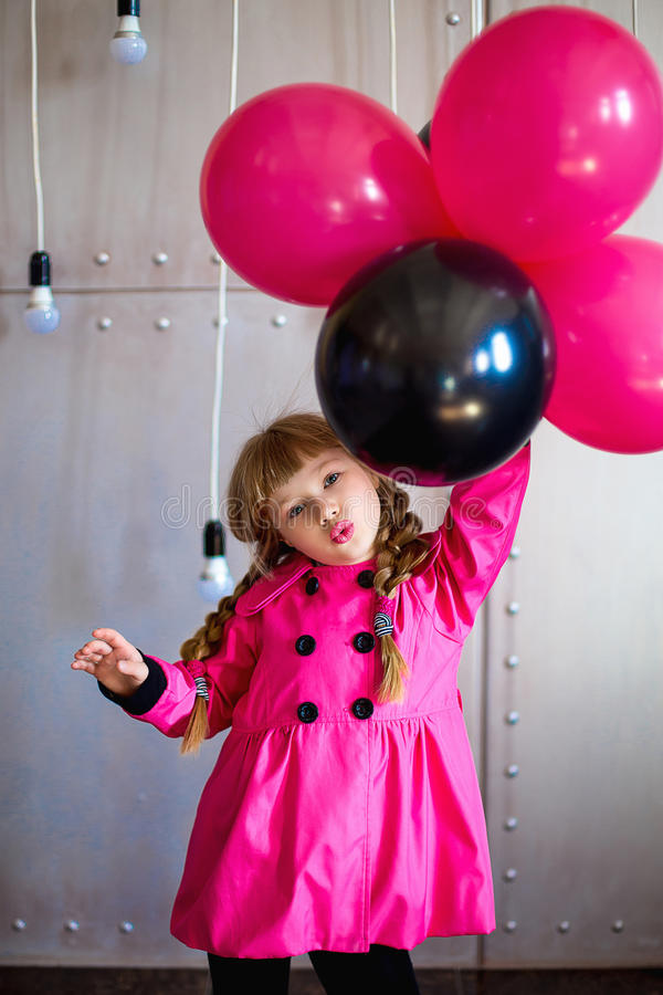 Dziewczyna w różowym deszczowu fotografia stock