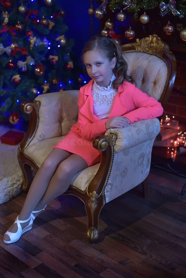Dziewczyna w różowym kostiumu w bożych narodzeniach zdjęcie royalty free