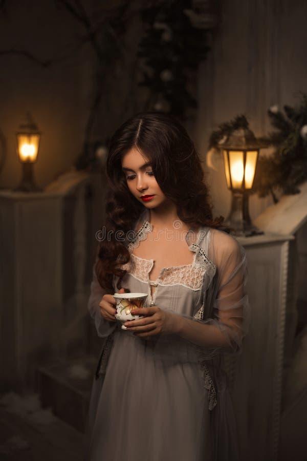 Dziewczyna w rocznik sukni fotografia royalty free