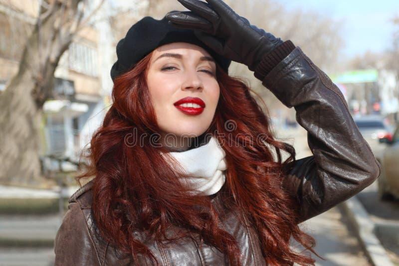 Dziewczyna w rzemiennych rękawiczkach zamyka ona oczy obrazy royalty free