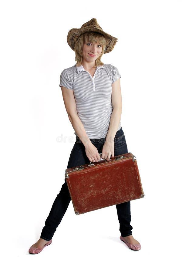 Dziewczyna w słomianym kapeluszu i starej walizce obrazy royalty free