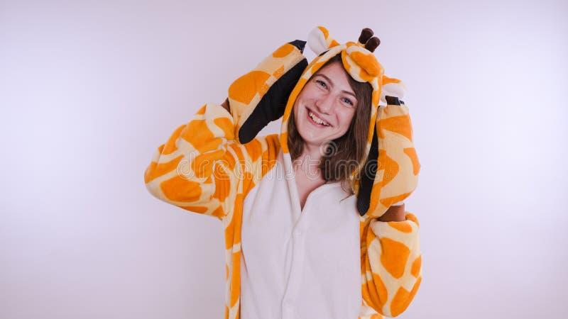 Dziewczyna w s dziecka ` jaskrawych piżamach w postaci kangura emocjonalny portret uczeń kostiumowa prezentacja dziecka ` s fotografia stock