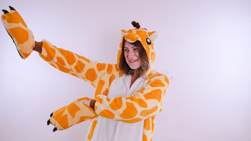Dziewczyna w s dziecka ` jaskrawych piżamach w postaci kangura emocjonalny portret uczeń kostiumowa prezentacja dziecka ` s obrazy stock