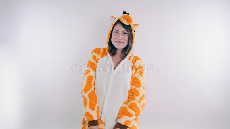 Dziewczyna w s dziecka ` jaskrawych piżamach w postaci kangura emocjonalny portret uczeń kostiumowa prezentacja dziecka ` s obraz royalty free