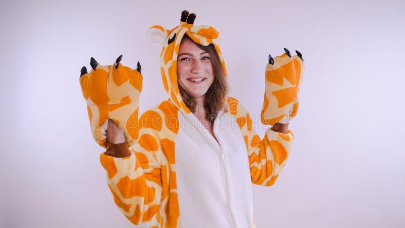 Dziewczyna w s dziecka ` jaskrawych piżamach w postaci kangura emocjonalny portret uczeń kostiumowa prezentacja dziecka ` s zdjęcie royalty free