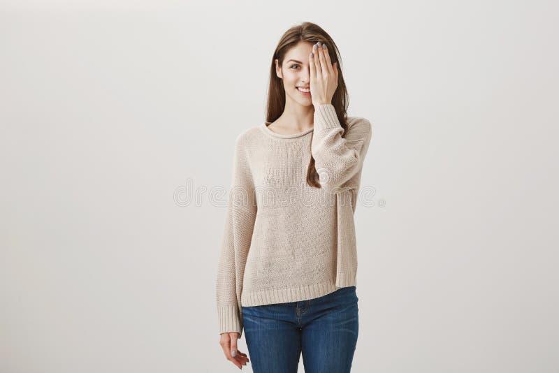 Dziewczyna w salonie czekać na zmiany w pojawieniu Studio strzelał powabna dorosła brunetki kobieta w przypadkowych ubrań zakrywa zdjęcie stock