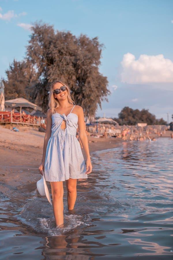 Dziewczyna w smokingowym odprowadzeniu w jeziorze obraz royalty free