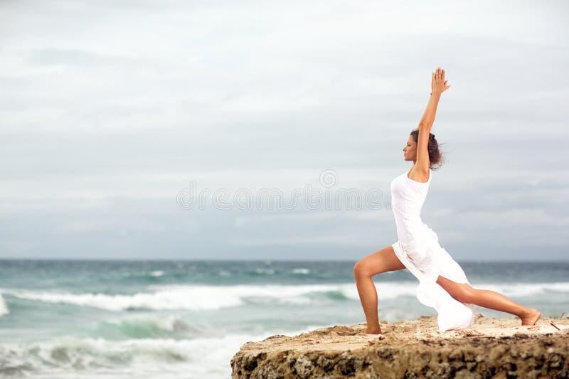 Dziewczyna w spokojnym zen momencie w ocean wodzie podczas joga wakacyjnego kurortu fotografia royalty free