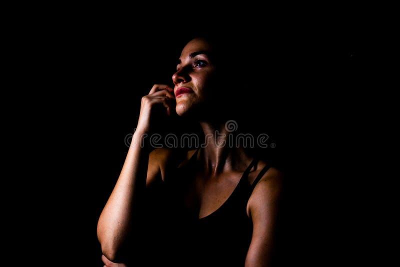 Dziewczyna w sport odzieży cudu pozycji odizolowywającej z czarnym tło depresji klucza strzałem obrazy royalty free