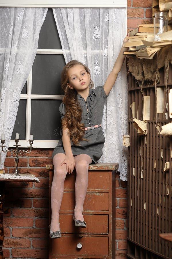 Dziewczyna w starej bibliotece zdjęcie royalty free