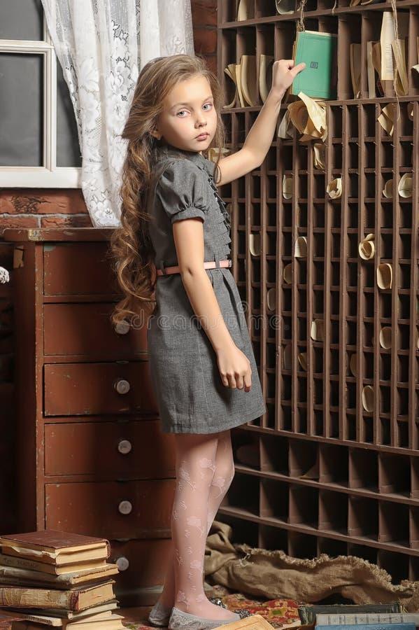 Dziewczyna w starej bibliotece zdjęcia stock