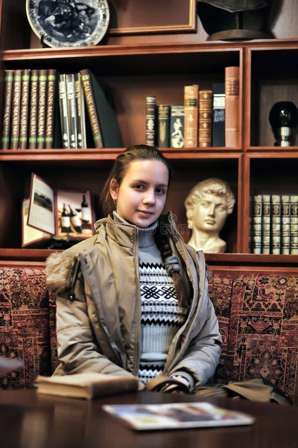 Dziewczyna w starej bibliotece obraz royalty free