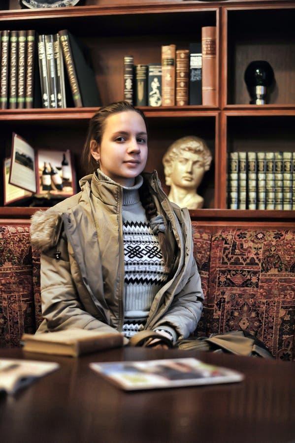 Dziewczyna w starej bibliotece obrazy royalty free