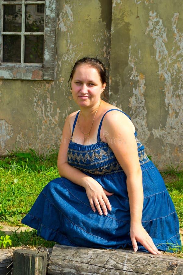 Dziewczyna w starym miasteczku obrazy royalty free