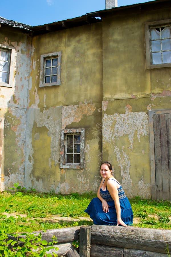 Dziewczyna w starym miasteczku obraz royalty free