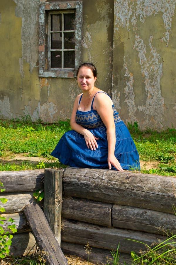 Dziewczyna w starym miasteczku fotografia royalty free