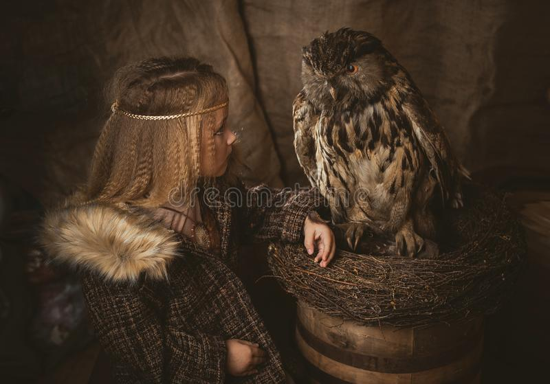 Dziewczyna w stylu boho z sową fotografia royalty free