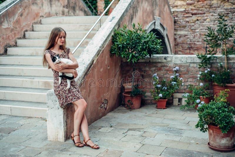Dziewczyna w sukni spaceruje wygodnym starym podwórzem zdjęcia stock