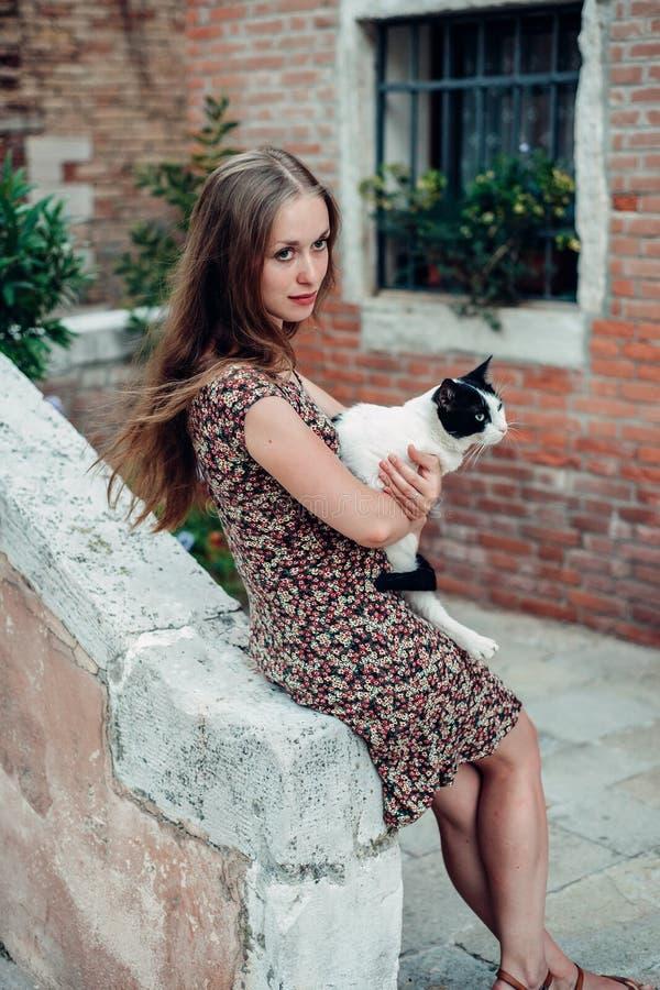 Dziewczyna w sukni spaceruje wygodnym starym podwórzem obrazy stock