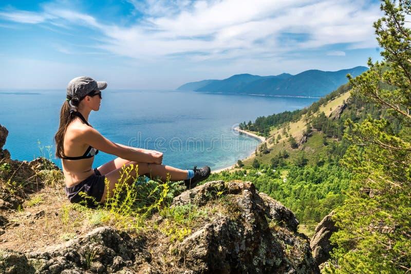 Dziewczyna w swimsuit podziwia widok jeziorny Baikal fotografia royalty free