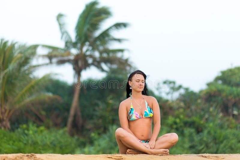 Dziewczyna w swimsuit pozuje na pla?owym Sri Lanka zadziwiaj?ca dziewczyna w bia?ym swimsuit z pi?knymi sporta cia?a pozowa? i od fotografia royalty free