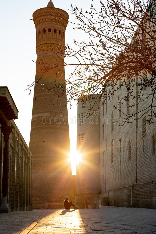 Dziewczyna w szaliku przed Wielkim minaretem Kalon Kallan meczet i Kalon Bukhara, Uzbekistan, ?rodkowy Azja zdjęcie royalty free