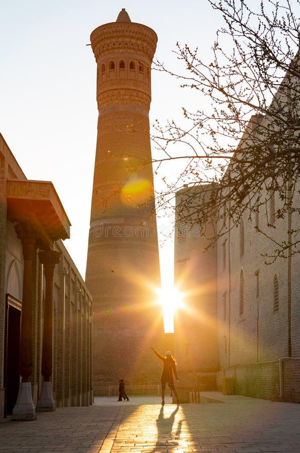 Dziewczyna w szaliku przed Wielkim minaretem Kalon Kallan meczet i Kalon Bukhara, Uzbekistan, ?rodkowy Azja zdjęcia stock