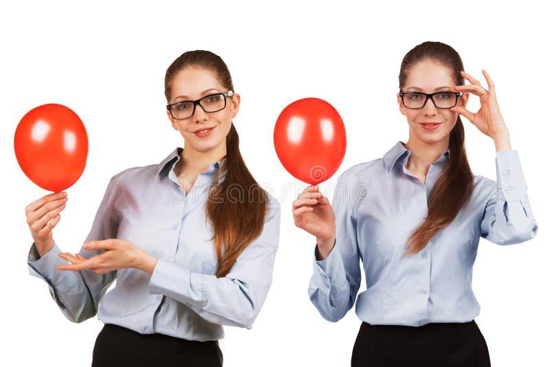 Dziewczyna w szkłach z chuchającą czerwoną piłką zdjęcie royalty free