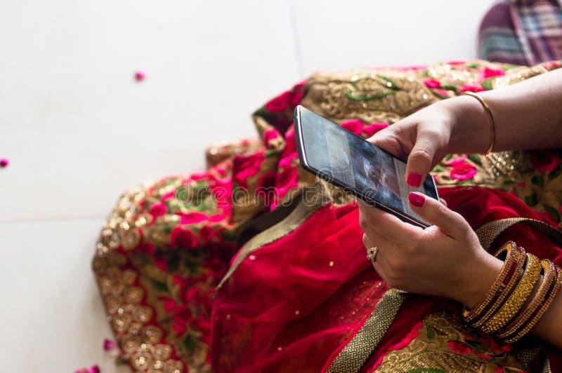 Dziewczyna w tradycyjnym indyjskim saree używać telefon komórkowego zdjęcia royalty free