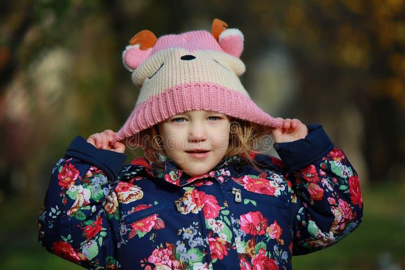 Dziewczyna w trykotowym kapeluszu obrazy royalty free