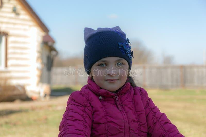 Dziewczyna w wioski podwórzu obrazy stock