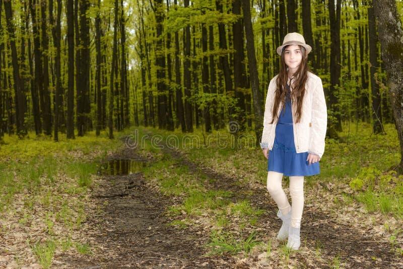 Dziewczyna w wiosna lesie obrazy royalty free