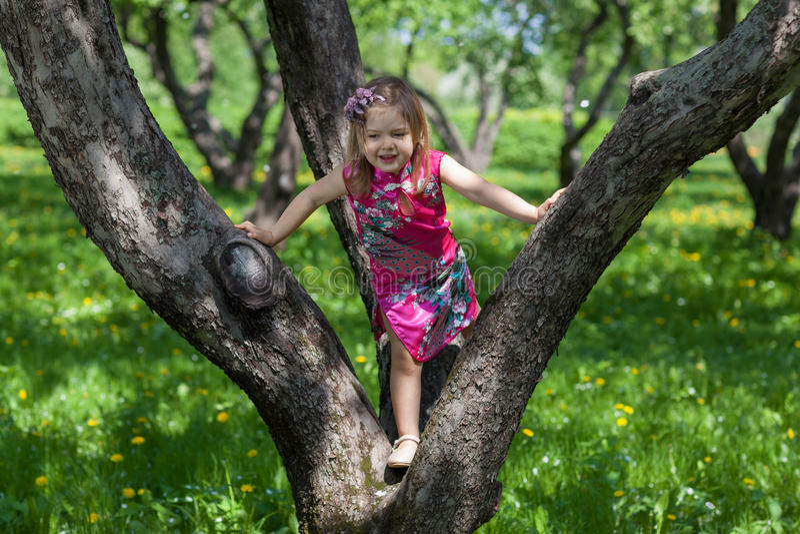 Dziewczyna w wiosna ogródzie obrazy royalty free