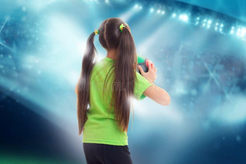 Dziewczyna w zielonej koszula z piłki nożnej piłką obrazy royalty free