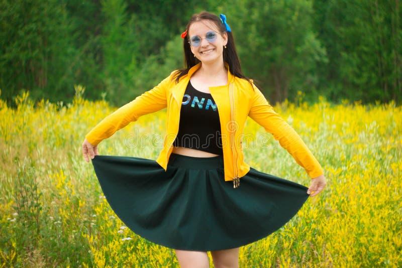 Dziewczyna w zielonej spódnicie na kwiat łące zdjęcia royalty free