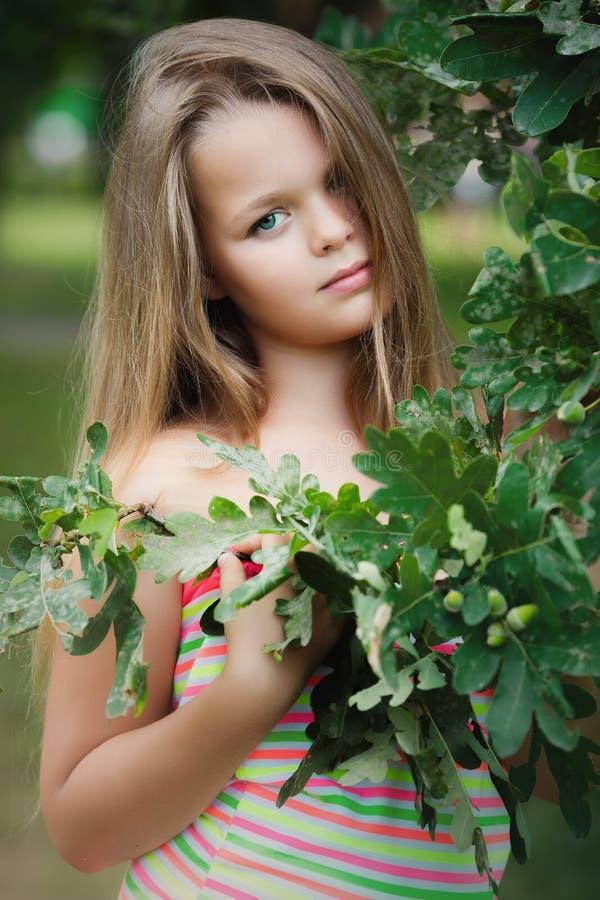 Dziewczyna w zielonych liściach fotografia royalty free