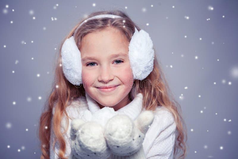 Dziewczyna w zimie odziewa szczęśliwego dziecka fotografia royalty free