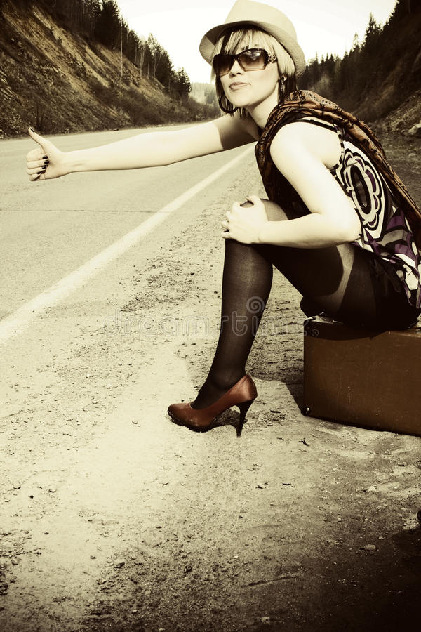 Download Dziewczyna walizkę obraz stock. Obraz złożonej z cara - 15236989