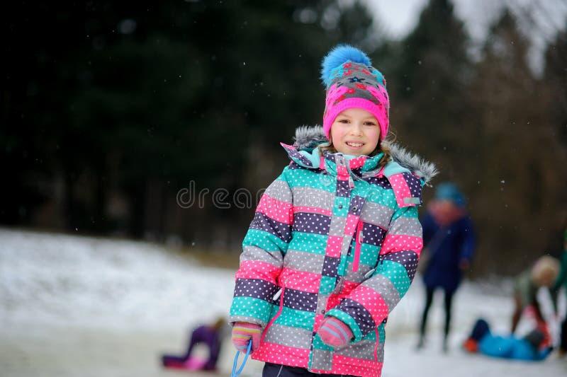 Dziewczyna wchodził zima parka jechać na prześcieradło saneczki fotografia royalty free