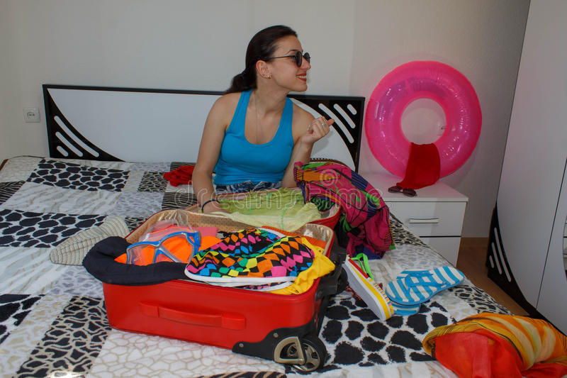 Dziewczyna wewnątrz zbiera rzeczy dla przejażdżki Kobieta Dostaje Przygotowywający Dla Podróżować zdjęcia royalty free