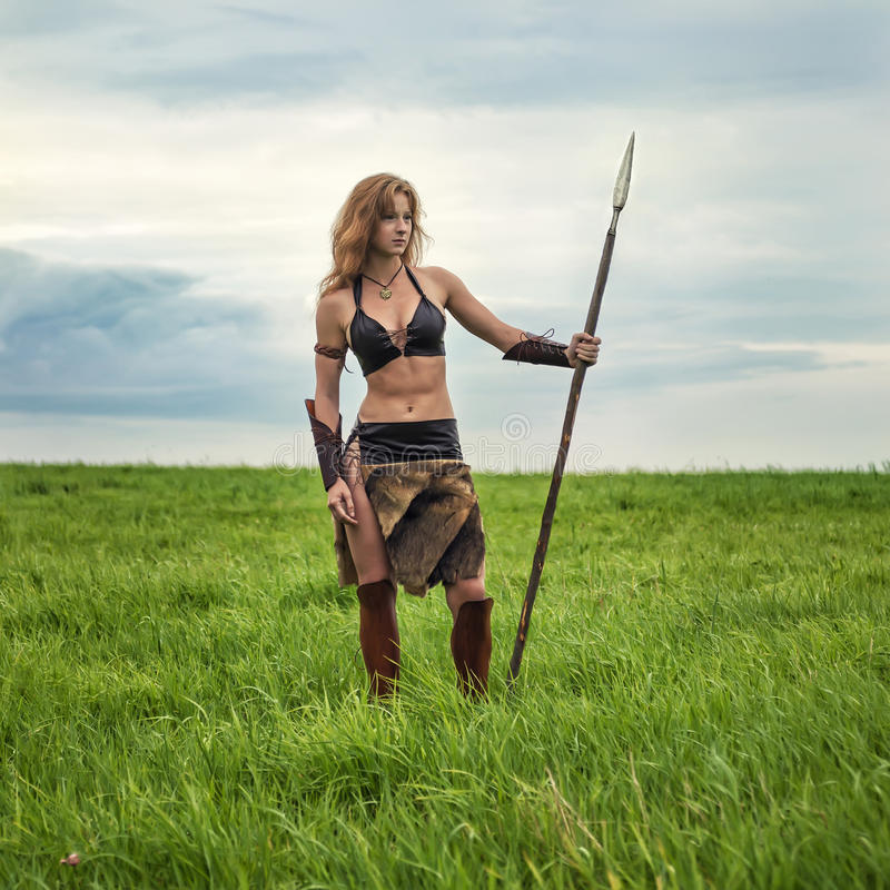 Download Dziewczyna Wojownik W Polu Amazonka Na Patrolu Zdjęcie Stock - Obraz złożonej z osoba, trawy: 57664876