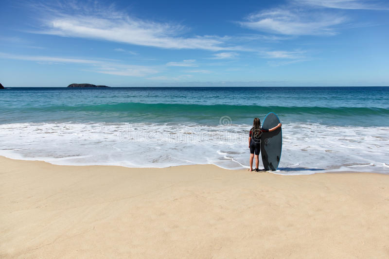 Dziewczyna wokoło iść surfować Nelson zatoka Australia obrazy royalty free