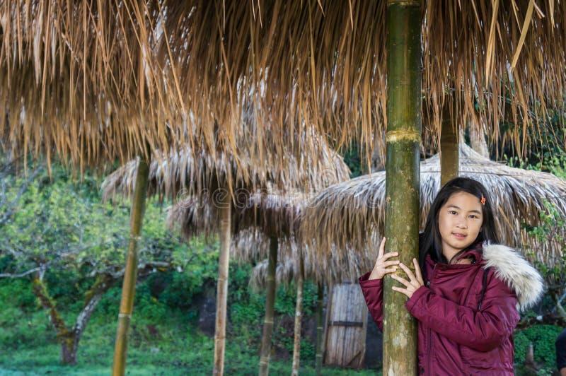 dziewczyna wp8lywy portret pod pokrywającym strzechą dachem zdjęcia stock