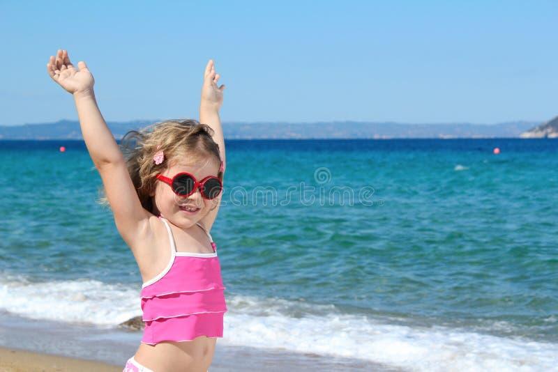 dziewczyna wręcza szczęśliwych małych okulary przeciwsłoneczne mały zdjęcie stock